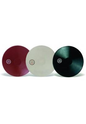 trys guminiai treniruočių diskai: rudas, juodas ir rudas
