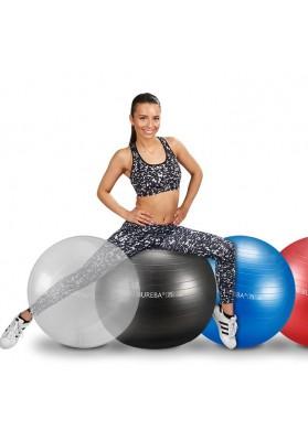 Moteris sėdi ant didelio juodo gimnastikos kamuolio